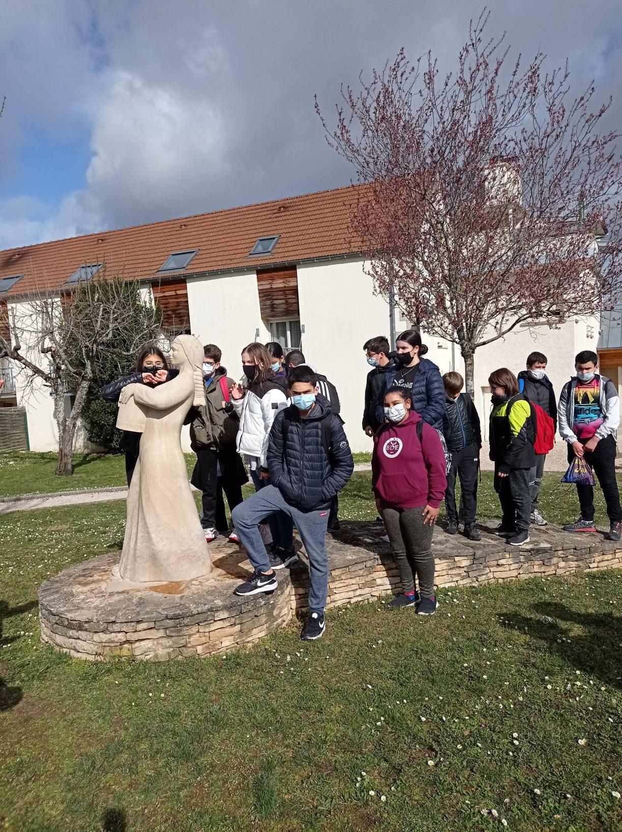 Devant la porteuse d'eau, à Hauteville-lès-Dijon